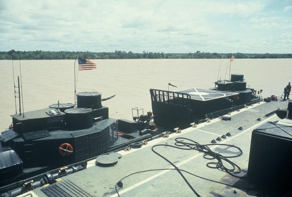Patrol Air Cushion Vehicle (PACV) et Patrol Boat River (PBR) 16%20MRB%20My%20Tho%20Div%20112%20medivac%20boat%20alongside%20Benewah