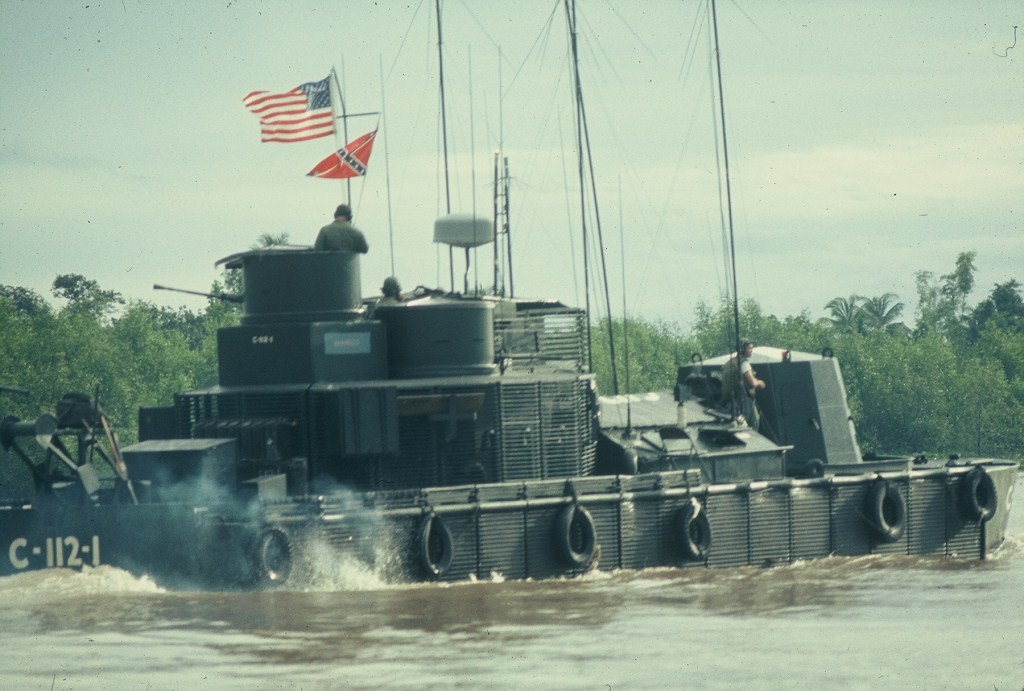 Patrol Air Cushion Vehicle (PACV) et Patrol Boat River (PBR) 60%20MRB%20My%20Tho%20Div%20112%20Monitor%20on%20blocking%20station