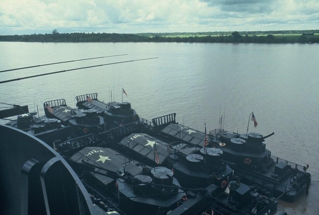 Patrol Air Cushion Vehicle (PACV) et Patrol Boat River (PBR) B13ax