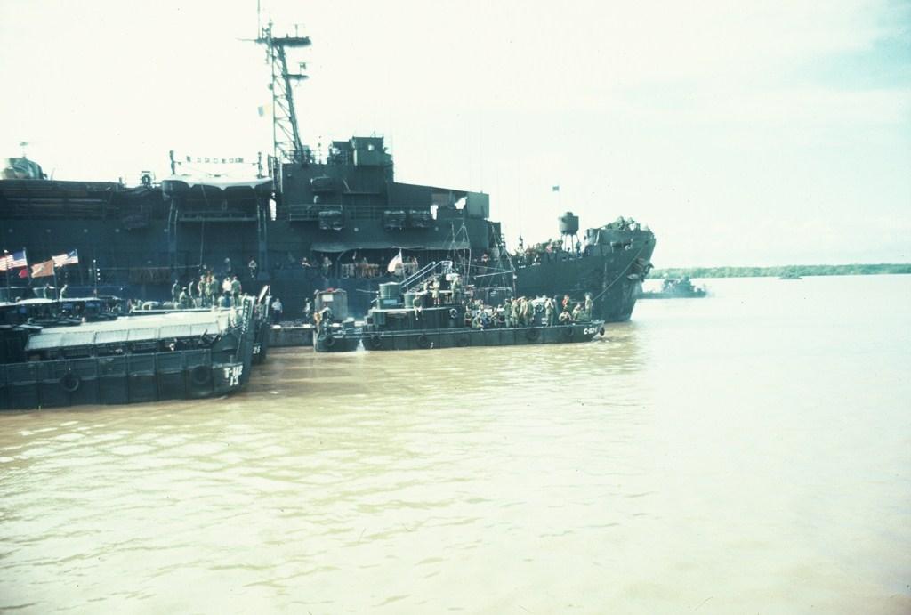 Patrol Air Cushion Vehicle (PACV) et Patrol Boat River (PBR) B14x