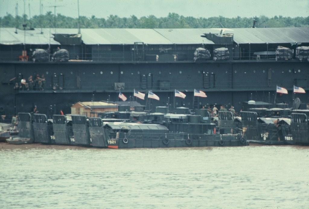 Patrol Air Cushion Vehicle (PACV) et Patrol Boat River (PBR) B1x