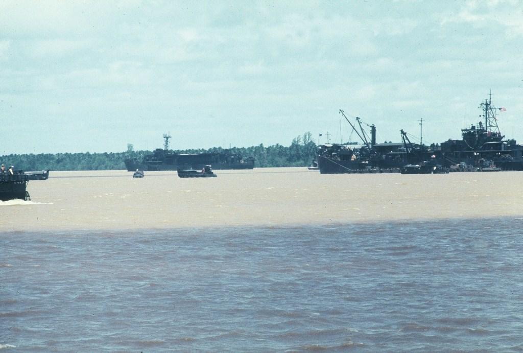 Patrol Air Cushion Vehicle (PACV) et Patrol Boat River (PBR) B2ax