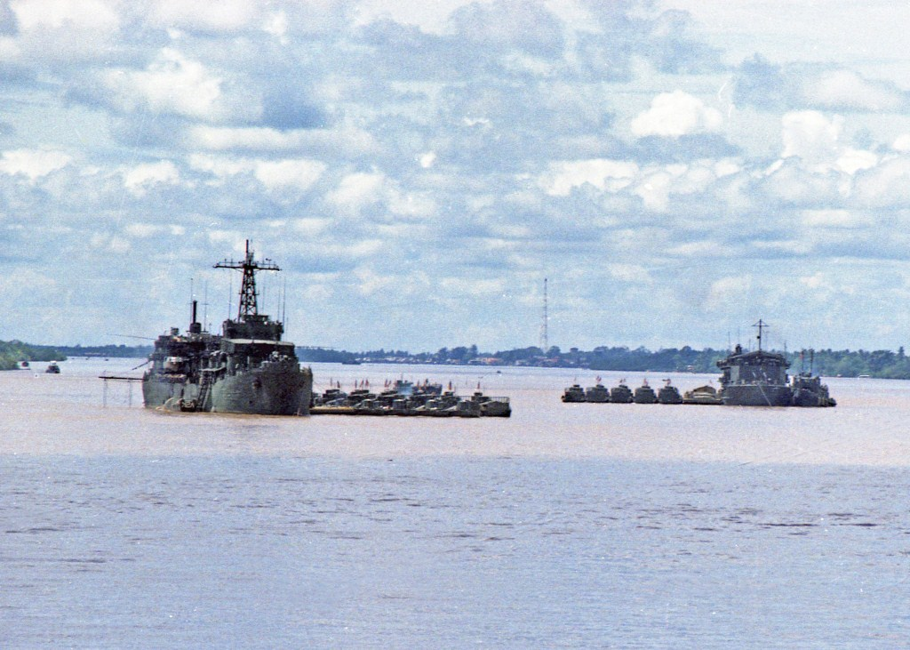 Patrol Air Cushion Vehicle (PACV) et Patrol Boat River (PBR) B40ax
