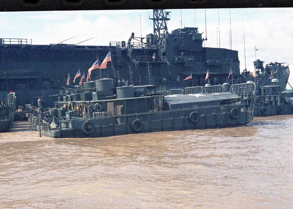 Patrol Air Cushion Vehicle (PACV) et Patrol Boat River (PBR) B46ax