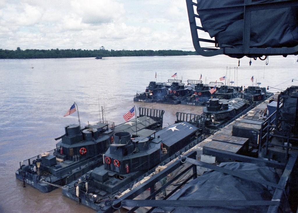 Patrol Air Cushion Vehicle (PACV) et Patrol Boat River (PBR) B47ax