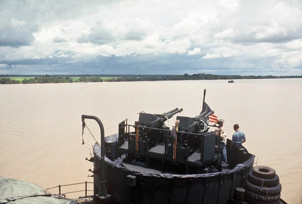 Patrol Air Cushion Vehicle (PACV) et Patrol Boat River (PBR) B56cx