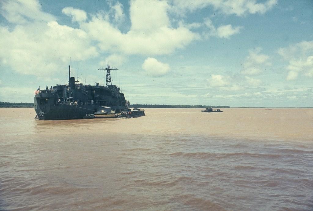Patrol Air Cushion Vehicle (PACV) et Patrol Boat River (PBR) B6x