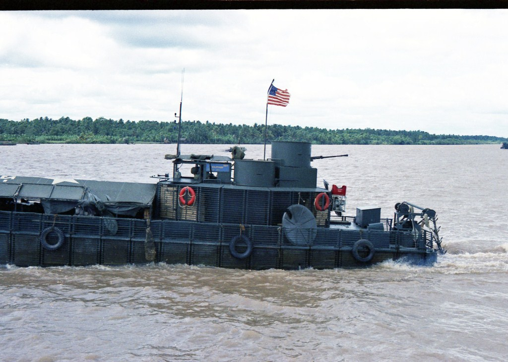Patrol Air Cushion Vehicle (PACV) et Patrol Boat River (PBR) E8acx
