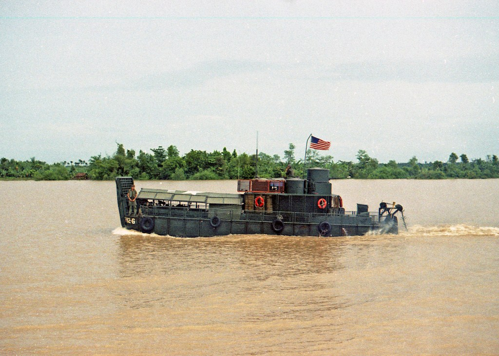 Patrol Air Cushion Vehicle (PACV) et Patrol Boat River (PBR) E9bcx