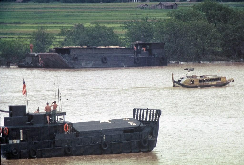 Patrol Air Cushion Vehicle (PACV) et Patrol Boat River (PBR) F3cx