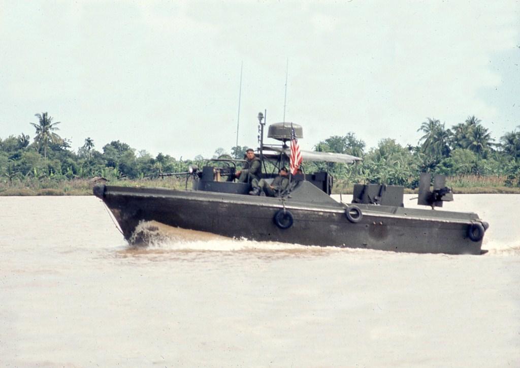 Patrol Air Cushion Vehicle (PACV) et Patrol Boat River (PBR) G16cx