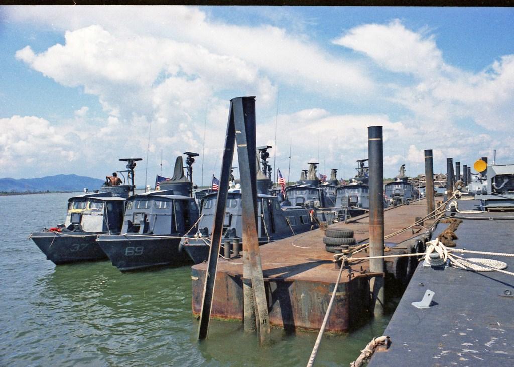 Patrol Air Cushion Vehicle (PACV) et Patrol Boat River (PBR) Z13bcx